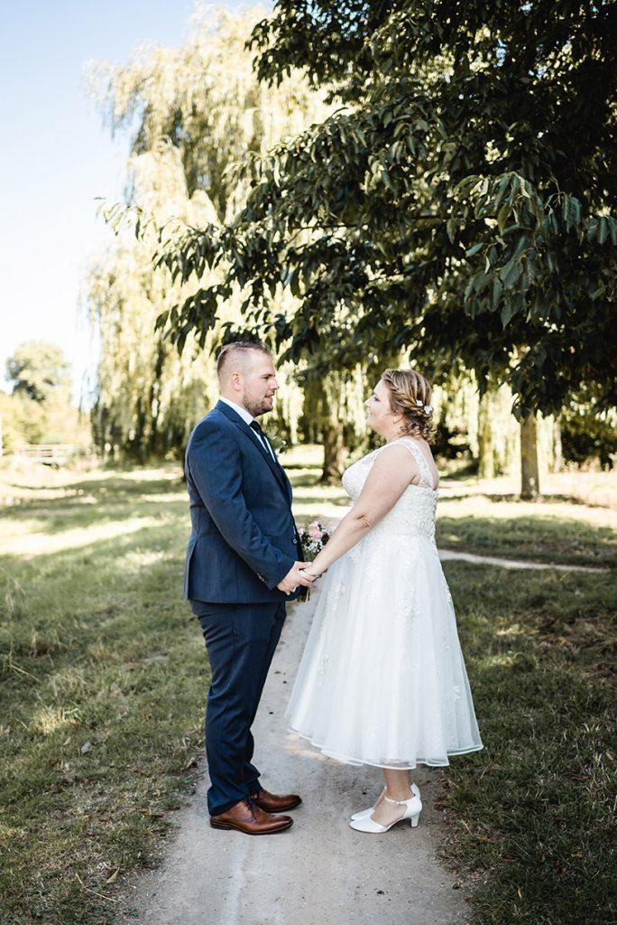 Bruidsfoto bruidspaar in park